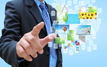 ストリーミングされているイメージの仮想ボタンを保持している実業家の手