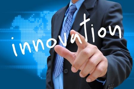 vision futuro: mano de la innovaci?n de negocios presionando el bot?n en una interfaz de pantalla t?ctil