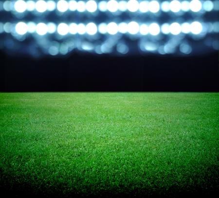 cancha deportiva futbol: campo de fútbol y las luces brillantes