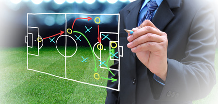gerente: Plan de gerente de fútbol en campo de fútbol