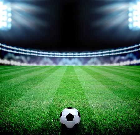 サッカーのフィールドと明るいライト