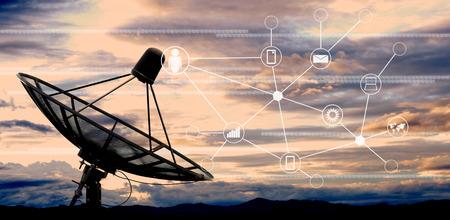 satelliet schotel antennes op de hemel Stockfoto