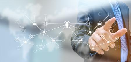 Hand drücken Social Network-Taste auf einem Touch-Screen-Interface Standard-Bild