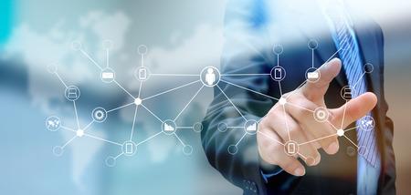 liderazgo empresarial: mano presionando el bot�n de redes sociales en una interfaz de pantalla t�ctil