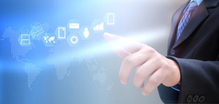 contact info: mano di uomo d'affari e social network su tecnologia