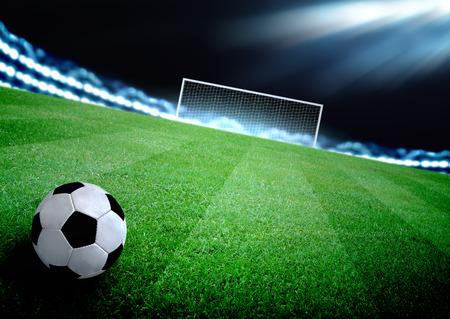 pelota de futbol: campo de f�tbol y las luces brillantes