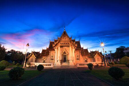 Wat Benchamabophit in Bangkok, Thailand at night time (Marble Temple) Stok Fotoğraf - 132392135