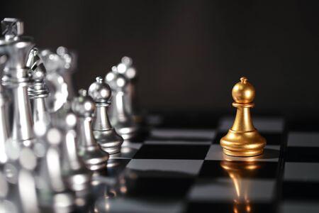 Idea de negocio de ajedrez para el concepto de competencia, éxito y liderazgo