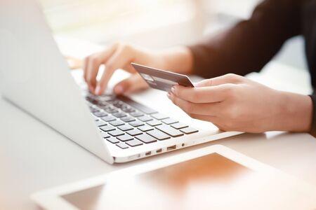 winkelen en online betalen met behulp van laptop en tablet met creditcard
