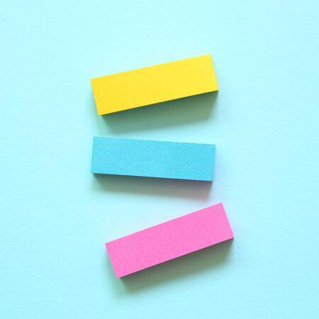 파란색 배경에 메모 패드