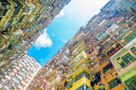 Vecchio edificio residenziale sotto il cielo blu a Quarry Bay, Hong Kong Archivio Fotografico - 98788712