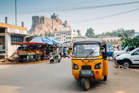Tiruchirappalli, India - January 4, 2018 : Rockfort and street market, rickshaw 新聞圖片