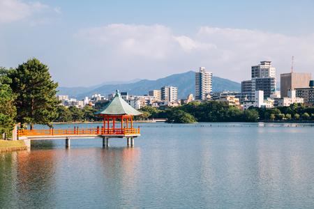 Meer en tuinhuisje bij Ohori-park in Fukuoka, Japan Stockfoto