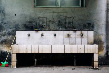 Old sink in school 版權商用圖片