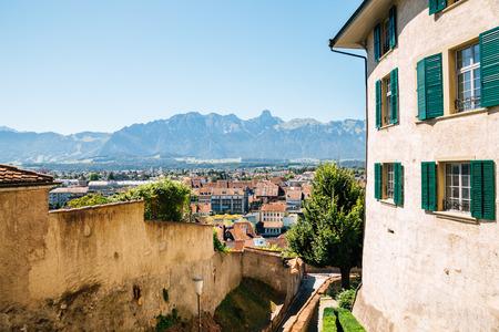Paysage urbain de Thoune et vieux bâtiments avec la montagne des Alpes en Suisse