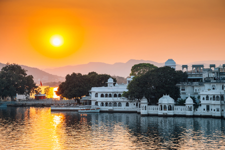 Sunset Pichola lake and Udaipur old town in India 版權商用圖片