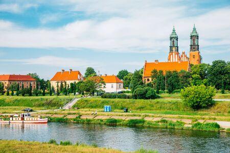 Poznańska katedra i rzeka na Ostrowie Tumskim w Polsce