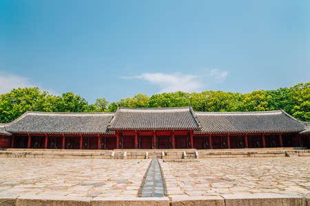 Korean traditional architecture with summer green trees at Jongmyo Shrine in Seoul, Korea 스톡 콘텐츠 - 152232276