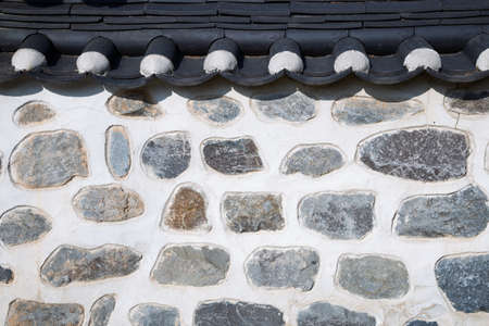 Korean traditional stone wall with tile roof 免版税图像