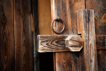 Korean traditional brown wooden door and doorknob 免版税图像