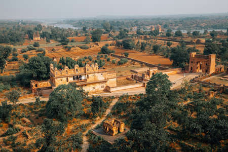 Panoramic view of Orchha Fort Rai Parveen Mahal ancient ruins and nature landscape in Orchha, India 免版税图像