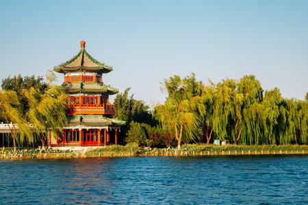 Shichahai Houhai lake and Chinese traditional pavilion in Beijing, China Foto de archivo