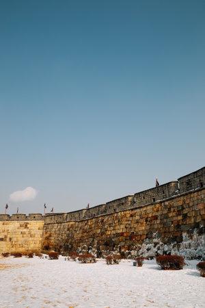 Jangan park Hwaseong Fortress at winter in Suwon, Korea 免版税图像