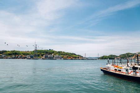 Dolsan bridge and seaside village in Yeosu, Korea 免版税图像 - 168681356