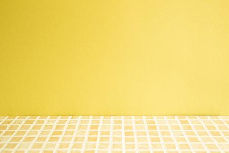Yellow ceramic mosaic tile table. 免版税图像