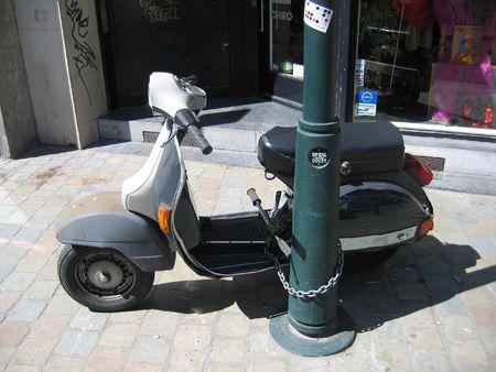 breen: Scooter incatenato a postare su strada Archivio Fotografico