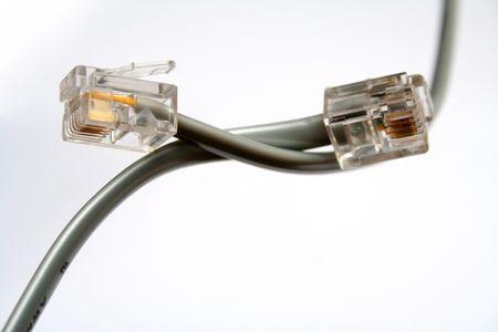 Dos cables de tel�fono con sugerencias por diagonal