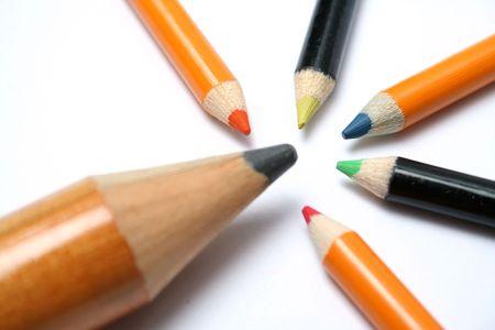 El gran l�piz y cinco peque�os l�pices de colores sobre una diagonal 6  Foto de archivo