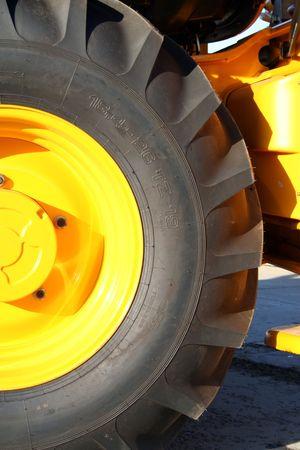 Nueva rueda de tractor con ortesis cerrar, (ver im�genes similares en mi cartera)  Foto de archivo