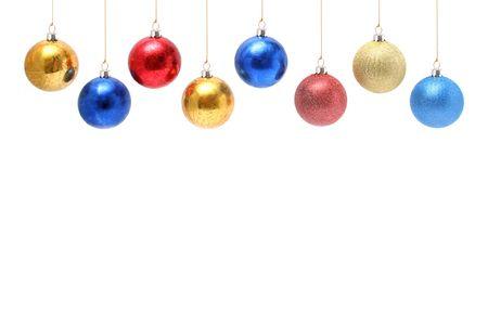 Ornamentos celebratory de Navidad en la forma de esferas de cristal multi-coloreadas arriba