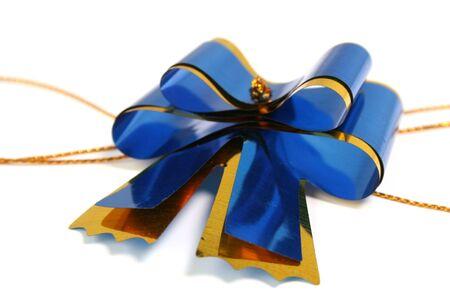 Azul oscuro de celebraci�n arco para el registro de un regalo y una felicitaci�n sobre fondo blanco  Foto de archivo