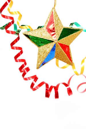 solemnity: Multi-color celebrativo tinsel e stelle di Natale su sfondo bianco