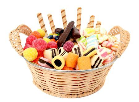Cesta de la compra con distintos dulces y las galletas, aislados, (buscar im�genes similares en mi cartera)