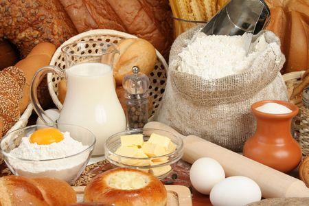 Pan, harina, leche, mantequilla, huevos, de fondo