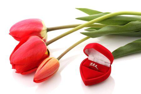 Rosso tulipani e Gioielli Box con anello su sfondo bianco  Archivio Fotografico - 3109722