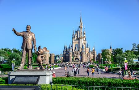 背景には、東京ディズニーランドのシンデレラ城のビュー: 千葉県ウォルト ・ ディズニー像