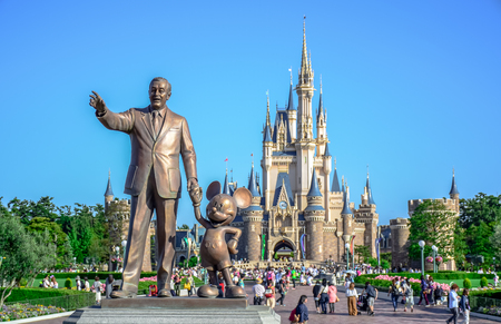 CHIBA, JAPAN: Walt Disney statue with view of Cinderella Castle in the background, Tokyo Disneyland Redactioneel