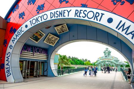 CHIBA, JAPON: Une voie de communication mène au Tokyo Disneyland Resort à Urayasu, Chiba, Japon Banque d'images - 80455628