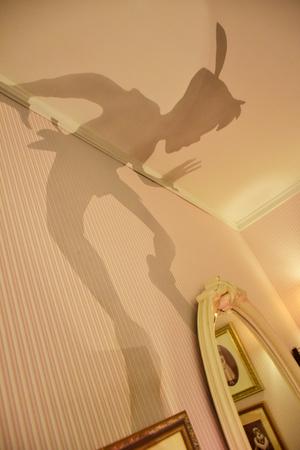 Wendys Zimmer mit Peter Pans Schatten an der Wand im Disneystore in Shibuya, Tokio Editorial