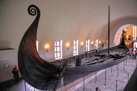 Długie, duże ruiny łodzi wikingów drakkar wyświetlane w Muzeum Statków Wikingów w Bygdoy, Oslo, Norwegia