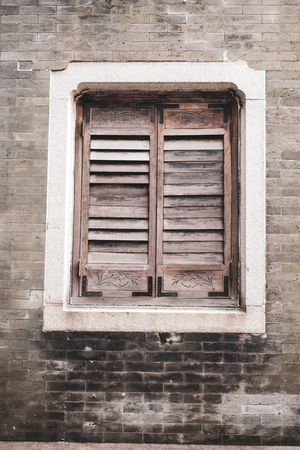 Old Wooden Louver Window on Brick Wall. Vertical Style old rustic brick background 版權商用圖片
