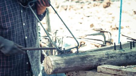 acciaio di piegatura di barre tonde in cantiere per componente di staffe in acciaio nella struttura di rinforzo della trave.