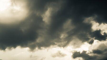 Les nuages sombres. Le ciel en noir. Motif des nuages de tornade, d'ouragan ou d'orage. Parfois gros nuages mais pas de pluie Banque d'images