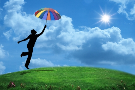 vida saludable: hombre saltando con paraguas Foto de archivo