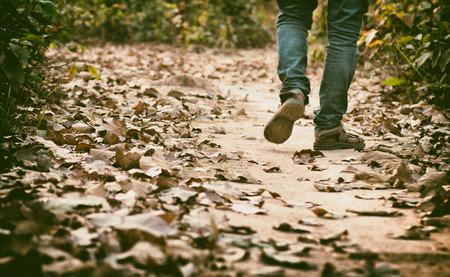 walking alone: hombre caminar por s� solo