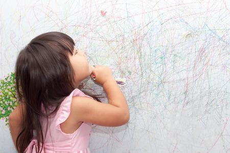 meisje tekenen met krijt op het behang Stockfoto